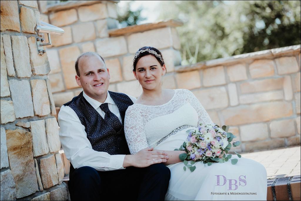Brautpaar sitzend auf der Treppe Villa Bernstein Bitterfeld