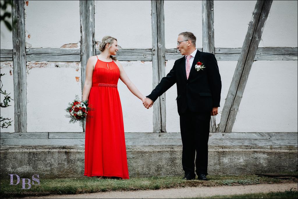 Hochzeitsfoto an einer Fachwerk Wand