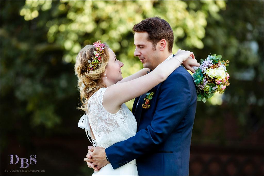 Brautpaar kuschelt umarmt sich