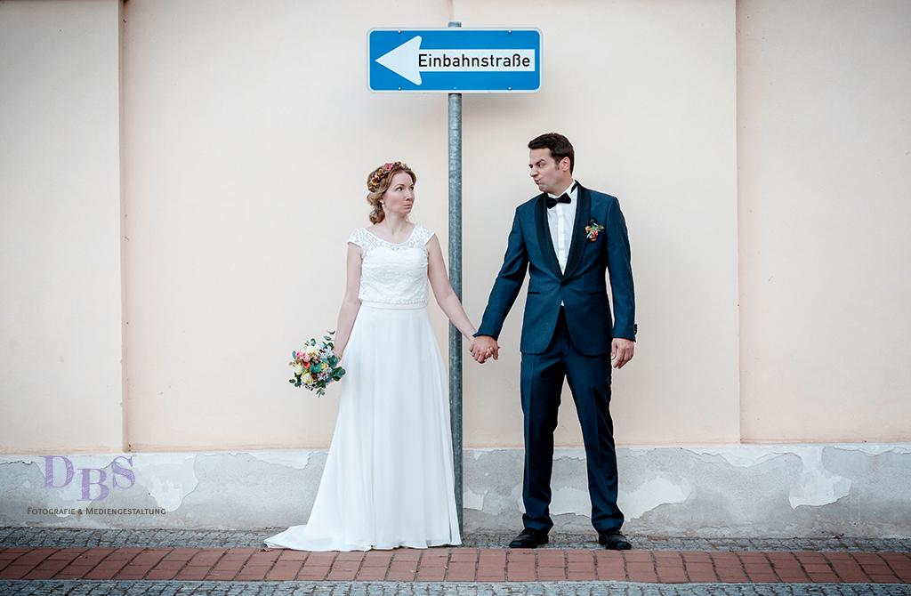 Brautpaar mit Einbahn Straßenschild witzig