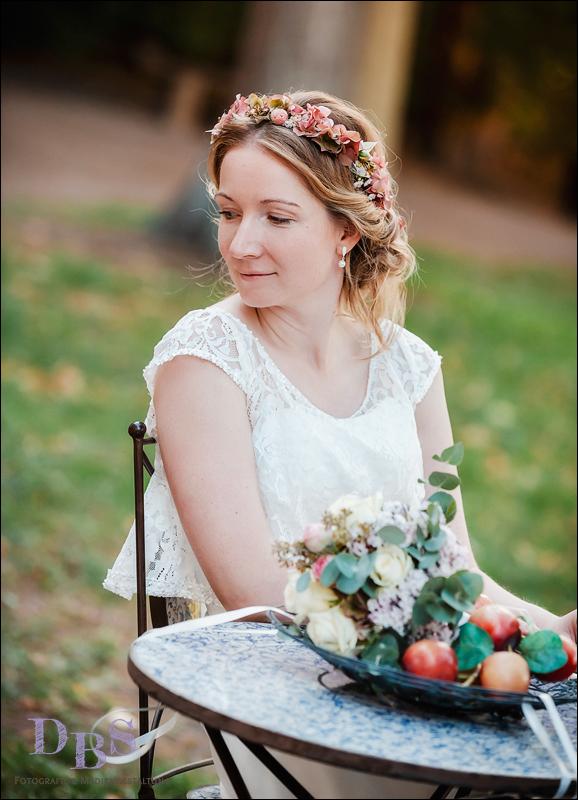 Braut sitzt auf dem Stuhl im Park